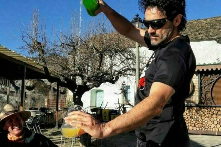 Spain sidra pouring
