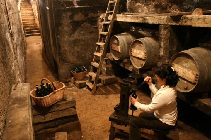 Wine experience bottling la rioja spain Riojatrekk website