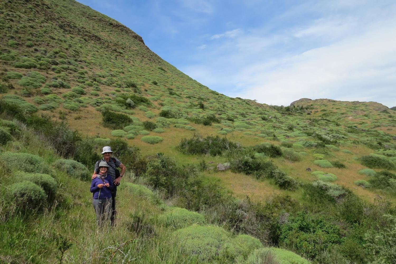Two Pura clients on the Lagunas Atlas trail in Parque Patagonia