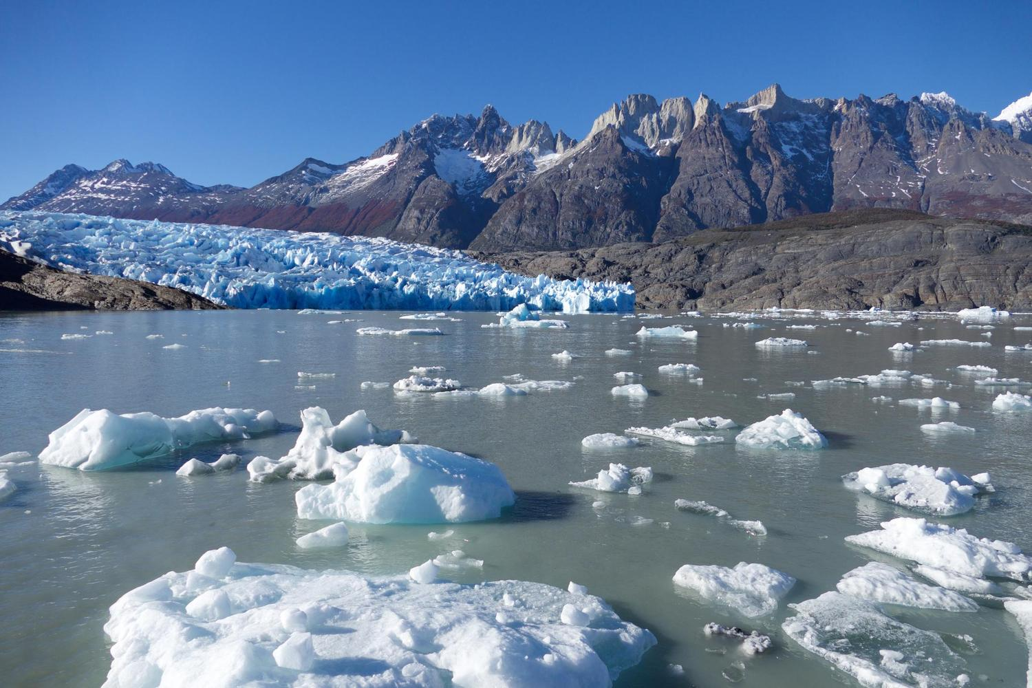 chile-patagonia-torres-del-paine-icebergs-on-approach-to-glacier-grey