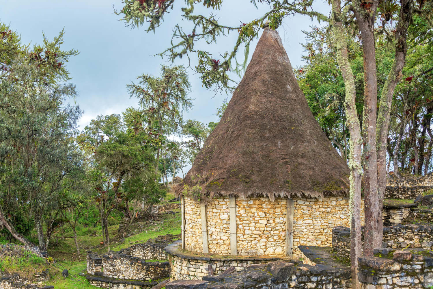 peru-chachapoyas-ancient-house-with-a-thatch-roof-in-the-ruins-of-kuelap-peru