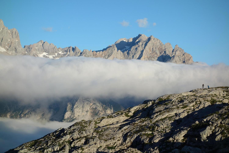 spain-asturias-picos-de-europa-ario-sunset-hikers