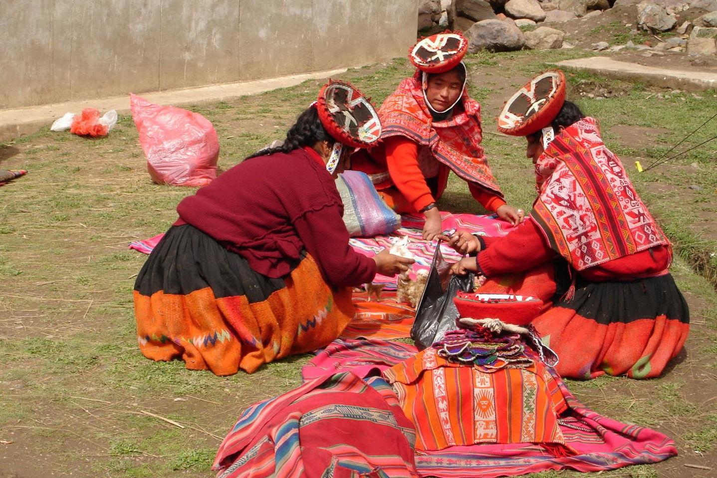 alternative-inca-trail-peru-lares-ladies-weaving-patacancha