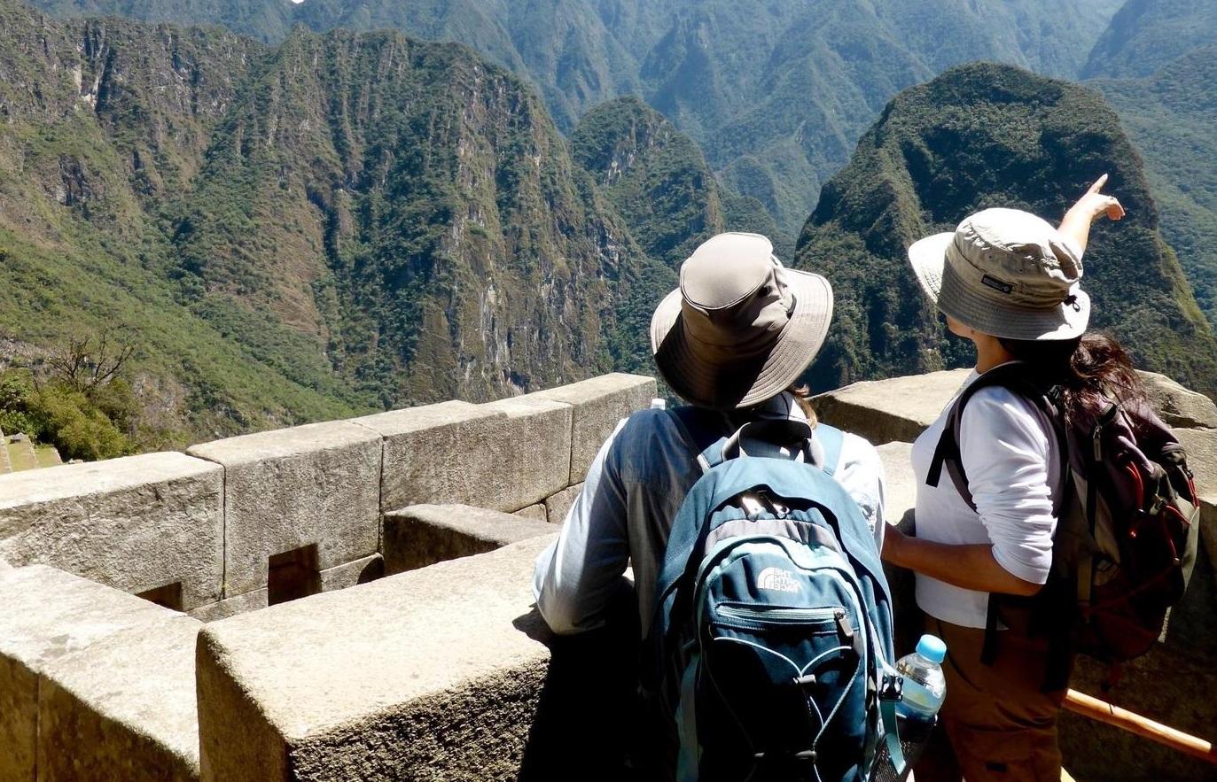 alternative-inca-trail-peru-inca-trail-to-machu-picchu-guide-pointing-over-mountains2